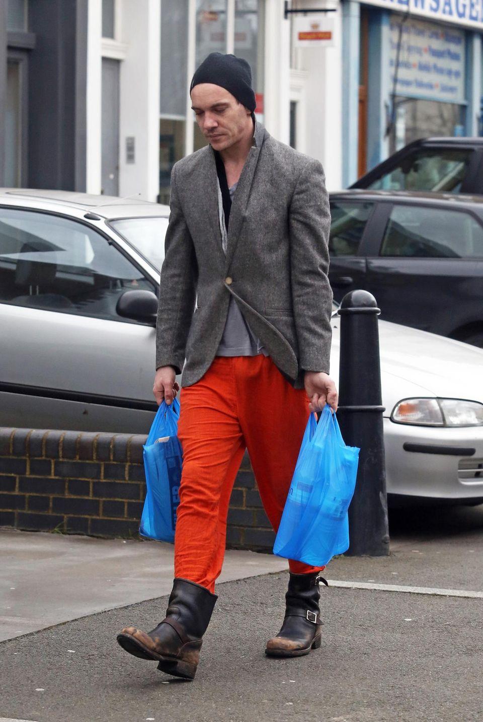 12. Februar 2014: Kaum wiederzuerkennen, Jonathan Rhys Meyers mit Mütze und roter Jogginghose kommt Jonathan Rhys Meyers in London vom Einkaufen.