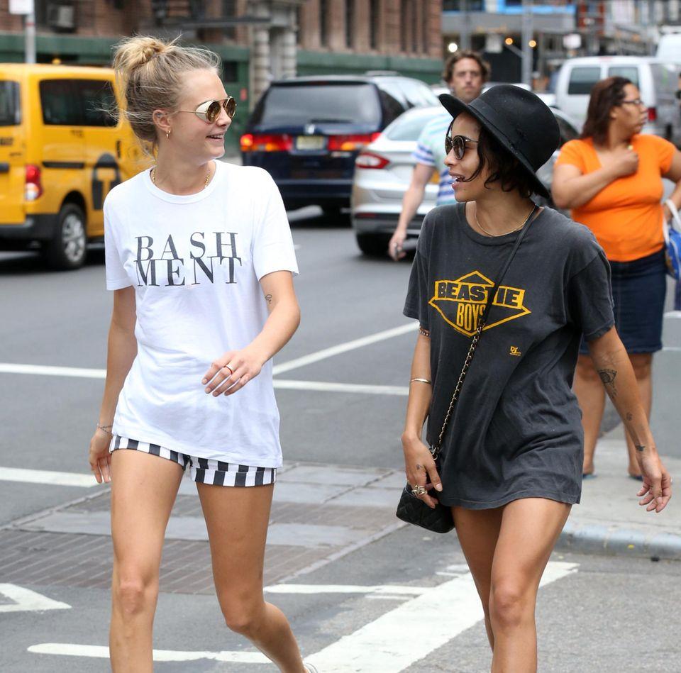 21. August 2014: Cara Delevingne und Zoe Kravitz spazieren gut gelaunt durch New York.