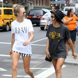 21. August 2014: Cara Delevingne und Zoe Kravitz spazieren gut gelaunt durch New York.
