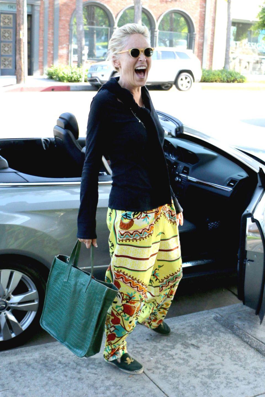 23. Juni 2014: Sharon Stone steigt in West Hollywood aus ihrem Auto und schenkt den Paparazzi ein Lachen.