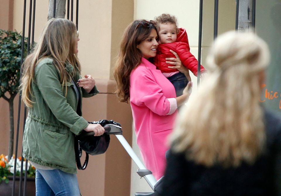 9. April 2014: Monica Cruz trägt ihre Tochter Antonella beim Shopping auf dem Arm.
