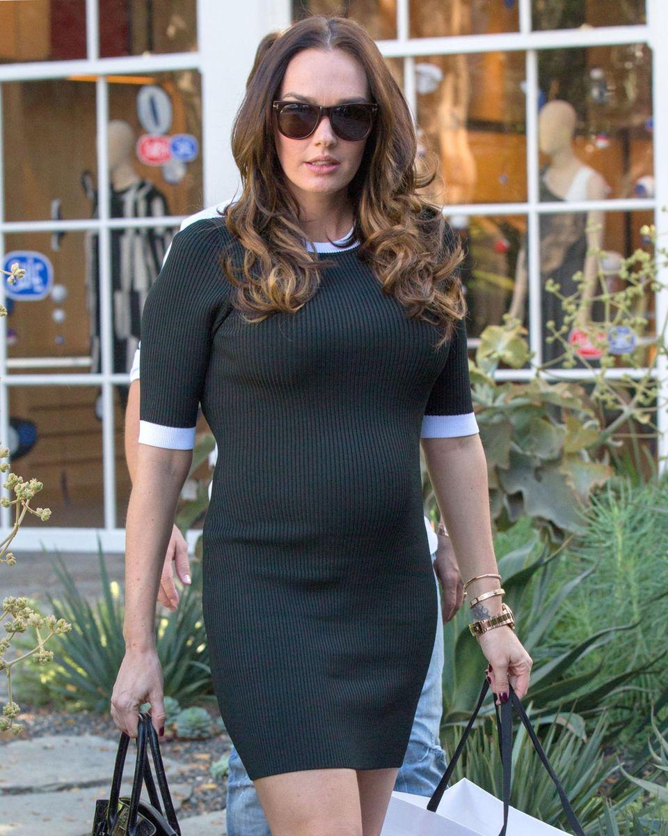 2. Januar 2014: Tamara Ecclestone trägt ihren Babybauch von Boutique zu Boutique beim Shoppen in Los Angeles.