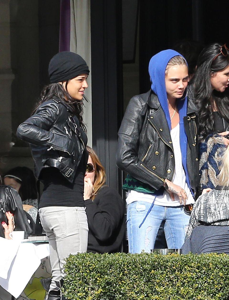 2. März 2014: Michelle Rodriguez und Cara Delevigne gehen im Restaurant L'Avenue in Paris Frühstücken.