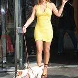 19. Oktober 2014: Total Sexy! Mariah Carey geht mit ihrem Hund in einem sommerlich gelben Kleid und High Heels Gassi.