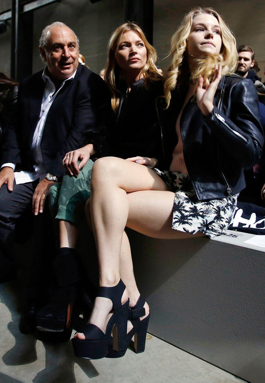 Topshop-Chef Sir Philip Green hat natürlich Supermodel Kate Moss zur Fashion-Show eingeladen, und die hat wiederum ihre Schwester Lottie Moss mitgebracht.