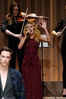 Paloma Faith sorgt samt Orchester für die passende musikalische Untermalung der Burberry-Prorsum-Show.