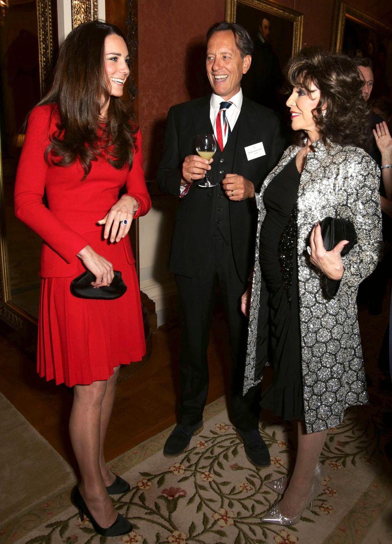 Herzogin Catherine unterstützt die Großmutter ihres Mannes beim Empfang der prominenten Gäste. Und sie amüsiert sich offenbar königlich mit den Schauspielern Richard E. Grant und Joan Collins.