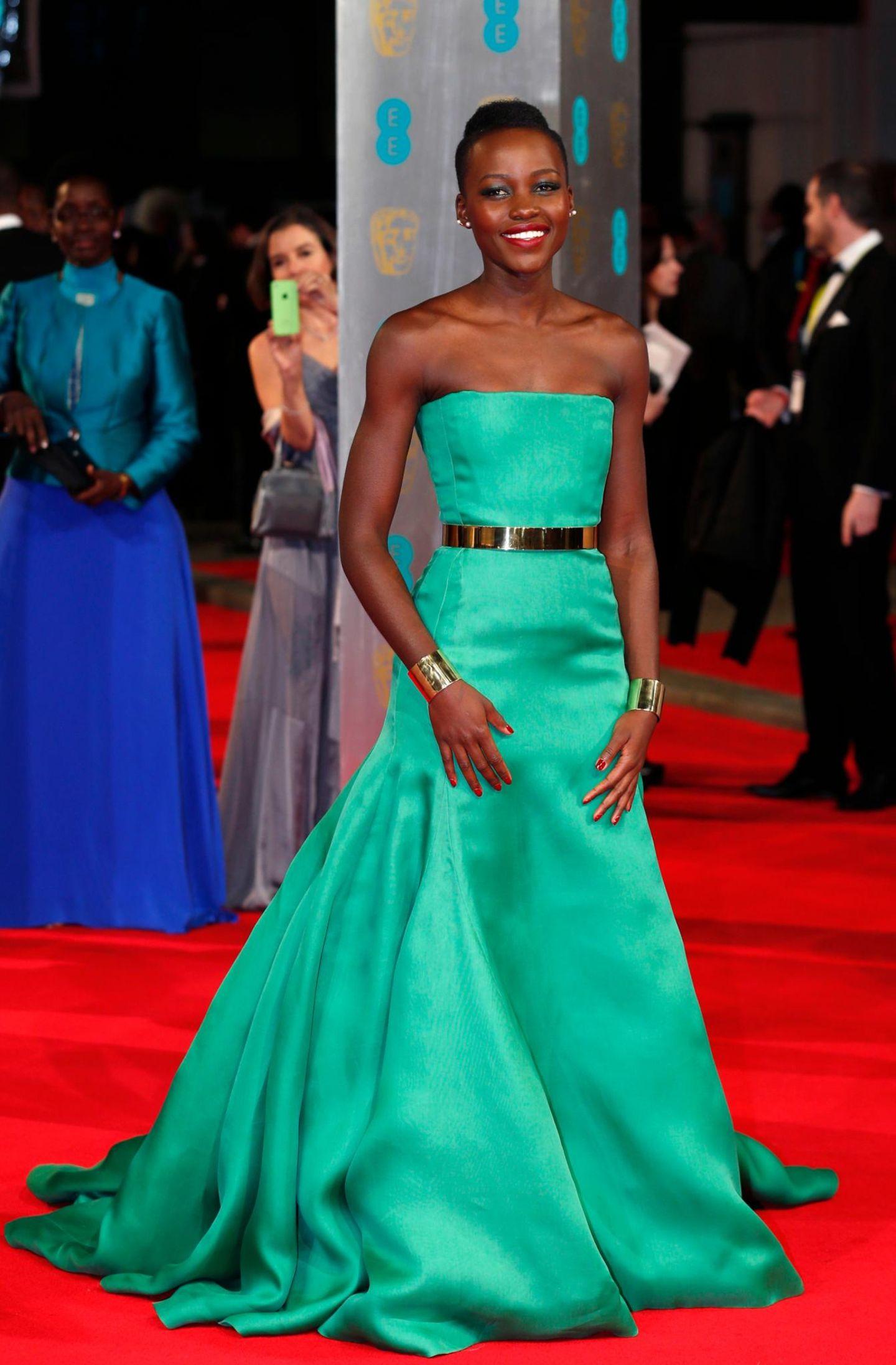 """""""12 Years A Slave""""-Darstellerin Lupita Nyong'o in einem grünen, schulterfreien Kleid"""