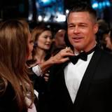 """Angelina Jolie rückt Brad Pitts Fliege zurecht. Pitt hat das Drama """"12 Years A Slave"""" mitproduziert und eine kleine, aber entscheidende Rolle in dem Film übernommen."""