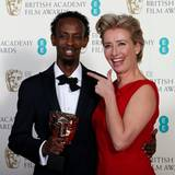 "Emma Thompson scherzt mit Barkhad Abdi. Der Schauspieler hat den ""BAFTA""-Award als bester Nebendarsteller in ""Captain Phillips"" bekommen."