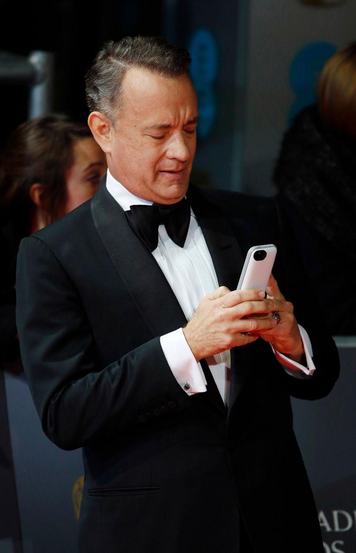 Tom Hanks tippt noch schnell eine SMS.