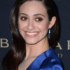 Emmy Rossum hat sich ihre BVLGARI-Ohrringe farblich passend zum royalblauen Kleid ausgesucht.