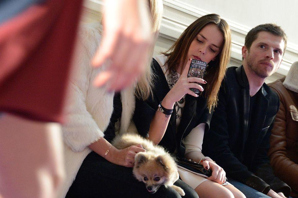 Pauline Ducruet, Tochter von Prinzessin Stefanie von Monaco, hält ihre Eindrücke der Alexis-Mabille-Show auf dem Smartphone fest.