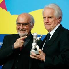"""Produzent Jean-Louis Livi und Schauspieler André Dussollier nehmen den Silbernen Bären für Regisseur Alain Resnais entgegen. Er gewinnt mit """"Life of Riley"""" den Alfred-Bauer-Preis, für einen Spielfilm, der neue Perpektiven öffnet."""