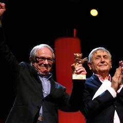 Der britische Regisseur Ken Loach freut sich über den goldenen Ehrenbären für sein Lebenswerk.