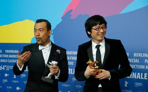 """Schauspieler Liao Fan bekommt den Silbernen Bären als bester Darsteller und Regisseur Diao Yinan kann sich über den Goldenen Bären für den Film """"Bai Ri Yan Huo"""" freuen."""
