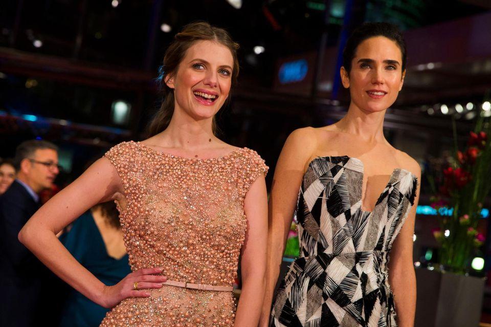 Die Schauspielerinnen Melanie Laurent und Jennifer Connelly genießen ihren Auftritt auf dem roten Teppich.