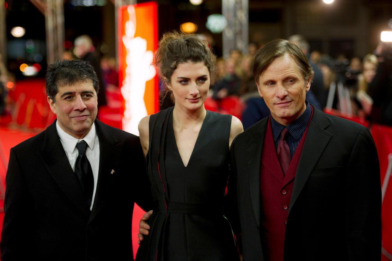 Regisseur Hossein Amini, Daisy Bevan und Viggo Mortensen flirten mit den Kameras am roten Teppich.