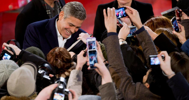 Berlinale-Liebling George Clooney umringt von seinen Fans