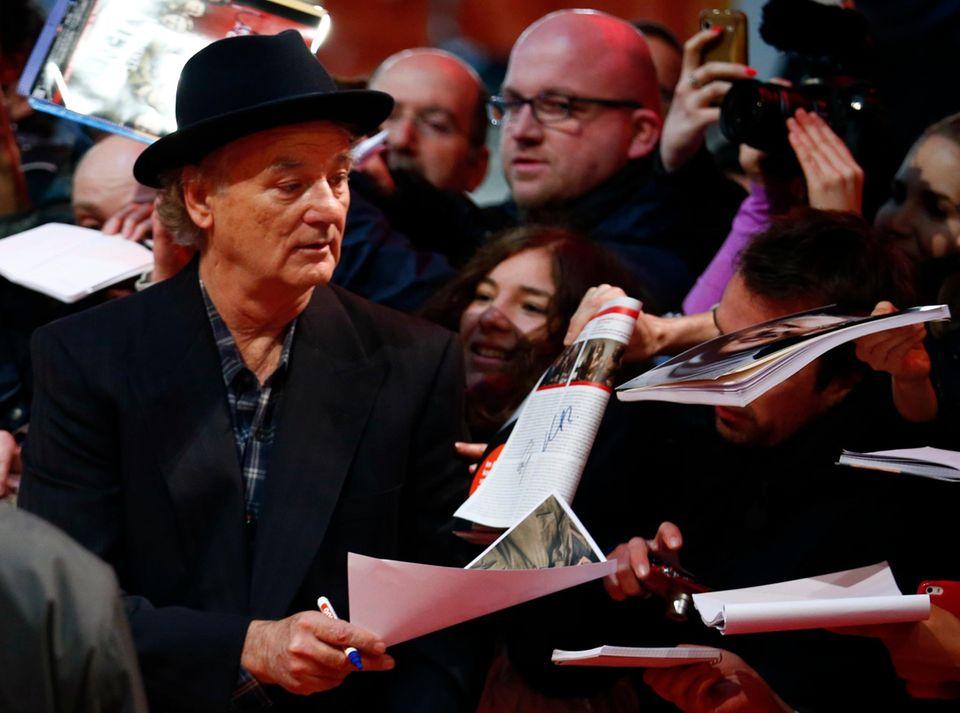 Bill Murray gibt Autogramme.