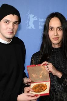 """Caroline Poggi und Jonathan Vinel bekommen den Goldenen Bären für den besten Kurzfilm für """"Tant qu'il nous reste des fusils à pompe"""" (""""Solange uns Pumpguns bleiben"""")."""
