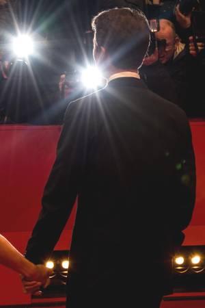 Edward Norton und seine Ehefrau Shauna Robertson stellen sich dem Blitzlichtgewitter.