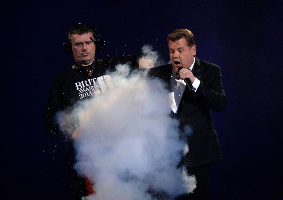 Moderiert wird die Preisverleihung vom britischen Komiker James Corden, dem zwischendurch mal die Jacke gelöscht werden muss.