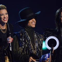 """Prince und seine Band """"3rd Eye Girl"""" dürfen an die beste Künstlerin den ersten Award des Abends überreichen."""