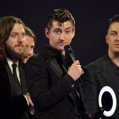 """Die """"Arctic Monkeys"""" sind mit zwei Preisen die Gewinner des Abends. Sie können sich jetzt beste britische Band nennen und ihre Platte """"AM"""" Album des Jahres."""