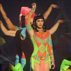"""Katy Perry ist in doppelter Funktion bei der Verleihung der """"BRIT Awards"""". Sie performt nicht nur im neonfarbenen Outfit ihren Song """"Dark Horse"""", sondern überreicht auch den Preis für die beste britische Single."""