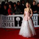 Ellie Golding ist als beste Sängerin, für das beste Video und die beste Single nominiert und sieht auf dem roten Teppich in ihrem Kleid aus wie eine Prinzessin.