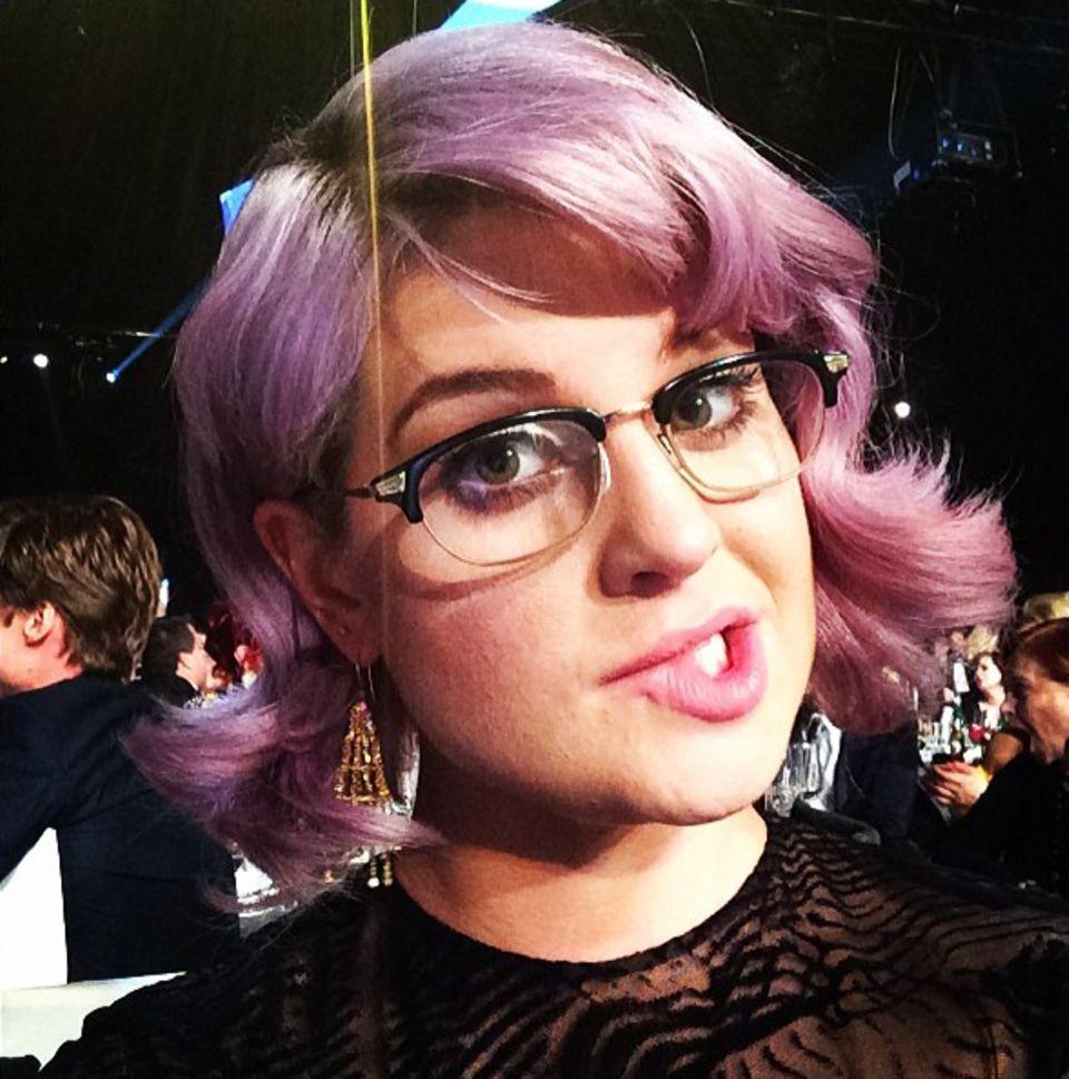 Kelly Osbourne zeigt sich mit der Brille von Steven Tyler, der diese auf dem Tisch hat liegen lassen.