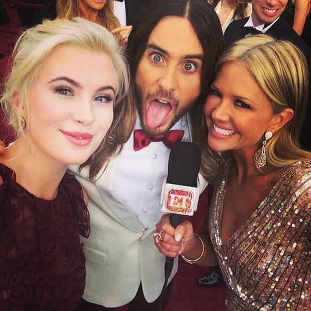 """Ireland Baldwin berichtet für """"Entertainment Tonight"""" vom roten Teppich und macht dabei Selfies von allerlei Stars, hier albert sie mit Jared Leto herum."""