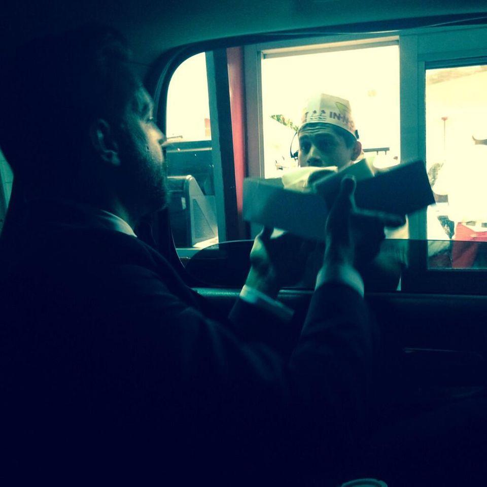 """Nach der Oscarverleihung holen sich Jason Sudeikis und Olivia Wilde ihr """"Festmahl"""" im Drive-In."""