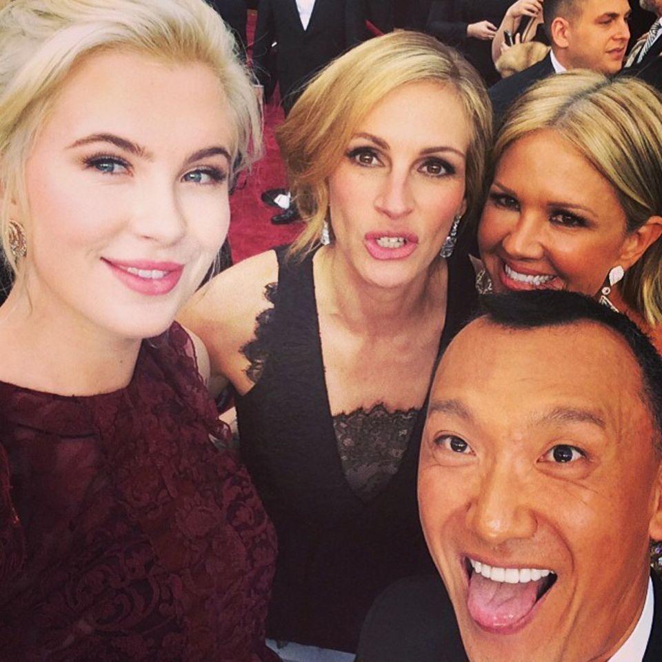 Auch Julia Roberts lässt sich von Ireland Baldwin und ihren Moderatoren-Kollegen zum Selfie überreden.
