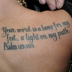 """Bieber ist Bibel-Fan, wie einige seiner Tattoos verraten: Er trägt den Psalm """"Dein Wort ist meines Fußes Leuchte und ein Licht auf meinem Wege"""" auf seinem rechten Schulterblatt."""