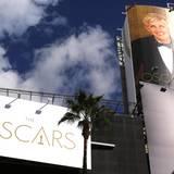 Ein großes Bild von der diesjährigen Oscar-Moderatorin Ellen DeGeneres wird aufgehängt.