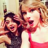 """Wer so süß ist wie Schauspielerin Sarah Hyland (23, """"Modern Family""""), gehört selbstverständlich zum engsten Freundeskreis von Taylor Swift. Sarah ist eine echte Partykönigin und mit ihr geht Taylor regelmäßig auf Konzerte oder Partys. Die beiden feierten den Jahreswechsel 2013/2014 gemeinsam, wie dieses Foto belegt. In einem Interview bewies Sarah Hyland neulich, dass sie eine wirklich gute Freundin ist. """"Viele Leute haben Vorurteile gegenüber Taylor Swift. Aber die kennen sie eben nicht richtig. Sie ist eine der wundervollsten Persönlichkeiten, die ich je getroffen habe"""", sagte die 23-Jährige."""