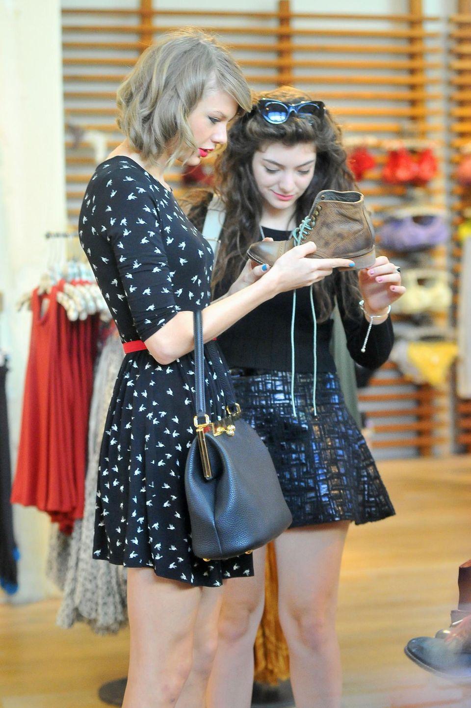 """Die Freundschaft von Lorde und Taylor Swift stand zuerst unter keinem guten Stern: Lorde hatte im Sommer 2013 ganz schön gegen Teenie-Stars wie Taylor, Selena Gomez, 21, oder auch Justin Bieber, 20, gehetzt. Doch es scheint ganz so, als habe sich Lorde bei der Countrysängerin entschuldigt. Taylor Swift ist auch wirklich nicht nachtragend, immerhin feierte Lorde als einzige ihrer Promifreundinnen Taylors Geburtstag im Dezember 2013. Die Entertainerin ist 24 geworden und war wegen ihrer Tour gerade in Australien unterwegs. Lorde, die aus Neuseeland stammt, jettete kurz rüber, um mit ihrer Freundin anzustoßen - und Wunderkerzen abzubrennen. Die beiden gingen im Januar zusammen zur Grammy-Verleihung, bei der Lorde voll abräumte. Obwohl sie an dem Abend wider Erwarten leer ausging, freute sich Taylor mit ihrer Freundin. """"Wir gehören immer gegenseitig zu unserem Team"""", schrieb die 24-Jährige an dem Abend bei Twitter."""
