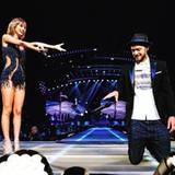 Justin Timberlake kniet vor dem Pop-Sternchen nieder.