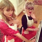 """Noch eine Brit-Freundin von Taylor Swift: Kelly Osbourne, 29. Dabei sah es erst so gar nicht nach Freundschaft aus zwischen den beiden. """"Taylor Swift kann ich nicht ausstehen. Sie datet doch nur, um die Aufmerksamkeit zu bekommen. Sie ist hungrig danach"""", giftete Osbourne noch im Sommer 2013. Doch es scheint, als hätte es bald darauf ein klärendes Gespräch gegeben. Im Oktober desselben Jahres sah man sie einträchtig Kekse backen - Schoko-Pfefferminz-Cookies. Und in der darauf folgenden Award-Saison waren die beiden zusammen auf den Tanzflächen der angesagtesten Aftershow-Partys unterwegs.  Übrigens: Bei Taylor Swift ist das Backen ein Zeichen tiefer Freundschaft. Lange bevor sie Topmdoel Karlie Kloss kennenlernte, erzählte sie der """"Vogue"""", sie wolle mit Karlie unbedingt mal Kekse backen. Wil heißen: einfach nur abhängen und lauter Mädchensachen machen."""