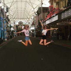 Was macht Taylor Swift an einem freien Tag während ihrer Tour in Australien? Genau, sie verbringt ihn mit ihrer Freundin Blake Lively.