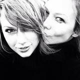 """Taylor Swift, 24, und Topmodel Karlie Kloss haben sich bei der """"Victoria's Secret Fashion Show"""" zum ersten Mal getroffen: Taylor sang, während Karlie den Laufsteg auf- und abstolzierte. """"Wir sind seitdem die besten Freundinnen"""", verriet Karlie Kloss, 21, in einem Interview. """"Sie inspiriert mich - sie ist so talentiert und bleibt sich selbst treu. Und sie hat die Show einfach gerockt"""". Ihre Freundschaft stellten die beiden jetzt auf die Probe: Sie unternahmen einen kleinen Roadtrip an die Strände und in die Wälder Nord-Kaliforniens. Und obwohl die beiden mehrere Tage lang auf engstem Raum zusammen waren, scheint das ihrer Freundschaft nicht geschadet zu haben - eher im Gegenteil. """"Bester Roadtrip meines Lebens"""", schrieb Taylor unter dieses Selfie."""