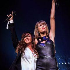Bei ihren Konzerten holt sich Taylor Swift verstärkt prominente Unterstützer auf die Bühne. Hier trällert sie ein Duett mit Alanis Morissette.