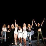 Taylor Swift feiert auch gern auf der Bühne mit ihren Freundinnen. Während einer Show sind sieben ihrer berühmten Mädels dabei: Candice Swanepoel, Lily Aldridge, Martha Hunt, Uzo Aduba, Karlie Kloss, Behati Prinsloo und Gigi Hadid.