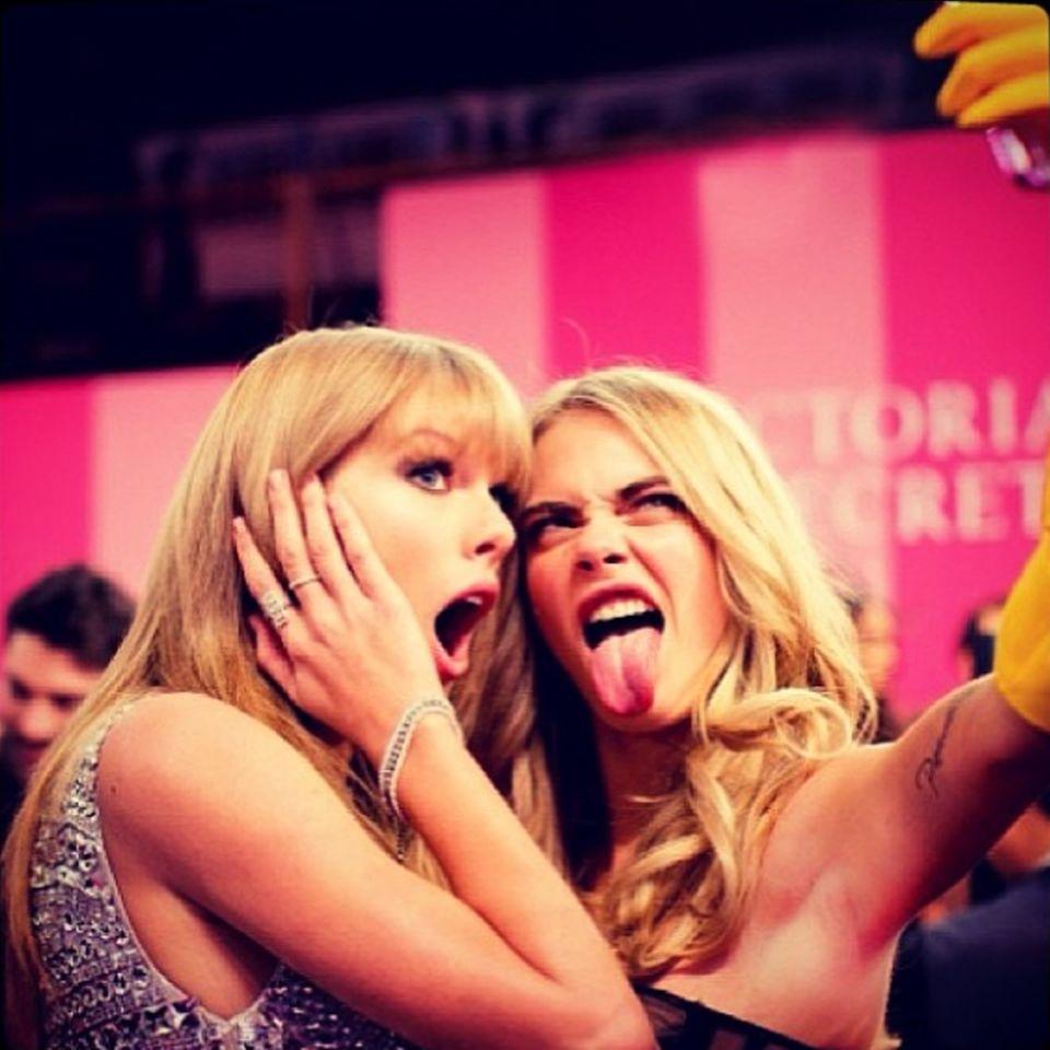 """Taylor Swift und Cara Delevingne, 21, haben einiges gemeinsam: Sie waren beide einmal mit Boygroup-Star Harry Styles zusammen. Und sie sorgen für reichlich Drama - """"Trouble x 2"""" schrieb Cara unter dieses Bild. Auf der """"Victoria's Secret Fashion Show"""" im November 2013 gab Taylor Cara einen aufmunternden Klaps auf den Po. Cara revanchierte sich und hielt Händchen - und eine Kamera -, als Taylor Swift sich im Februar 2014 nach ihrem London-Konzert die Haare schneiden ließ."""