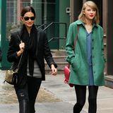 """Taylor Swift und Lily Aldridge verbringen gern Zeit zusammen wie hier beim gemeinsamen Bummel durch New York. Die 24-jährige Musikerin und das 28-jährige Model freundeten sich im November 2013 an, als sie gemeinsam während einer """"Victoria's Secret Fashion Show"""" auf der Bühne standen. Seitdem sagt Lily Aldridge, dass die Sängerin eine ihrer besten Freundinnen sei."""