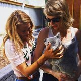 """Mit diesem Bild gratuliert Taylor Swift ihrer BFF Blake Lively zum 29. Geburtstag. """"HAPPY BIRTHDAY BLAKE!"""", schreibt die Sängerin. """"Du bist eine wunderbare Freundin, für Menschen wie für Koalas. Ich liebe dich total."""""""