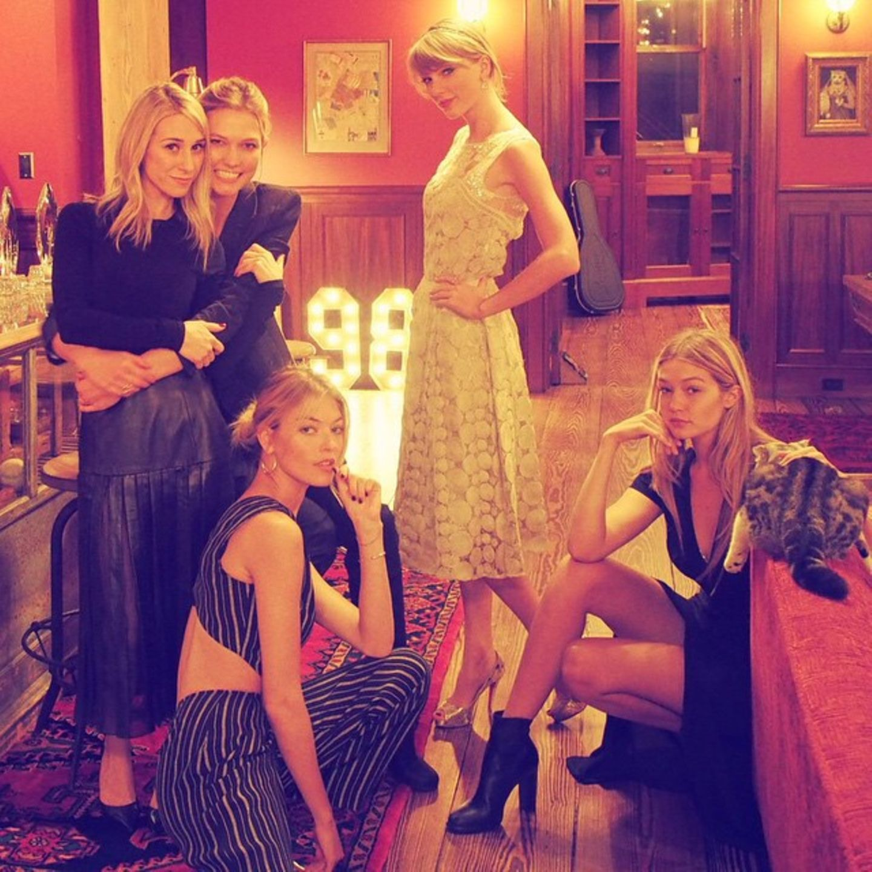 Blondinen unter sich: Kochen, Selfies und viel gekicher. Hört sich nach einem erfolgreichen Mädelsabend mit Taylor Swift, Gigi Hadid, Karlie Kloss, Martha Hunt und Ashley Avignone an.