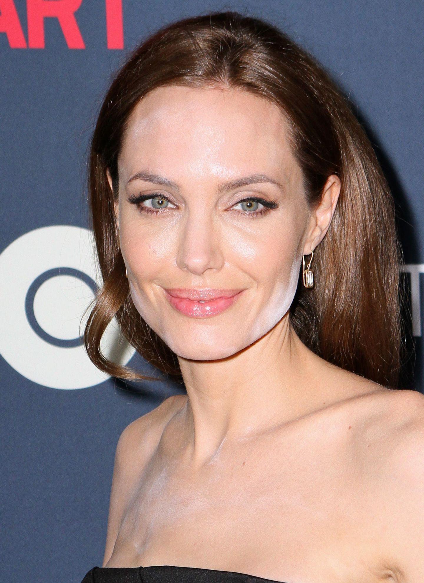 Angelina Jolie zeigt eindrucksvoll, dass man das Nachpudern im Gesicht und auf dem Dekolleté vor einem großen Auftritt lieber nicht in einer abgedunkelten Limousine erledigt.